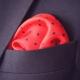 pochette de costume rouge en soie a pois marine