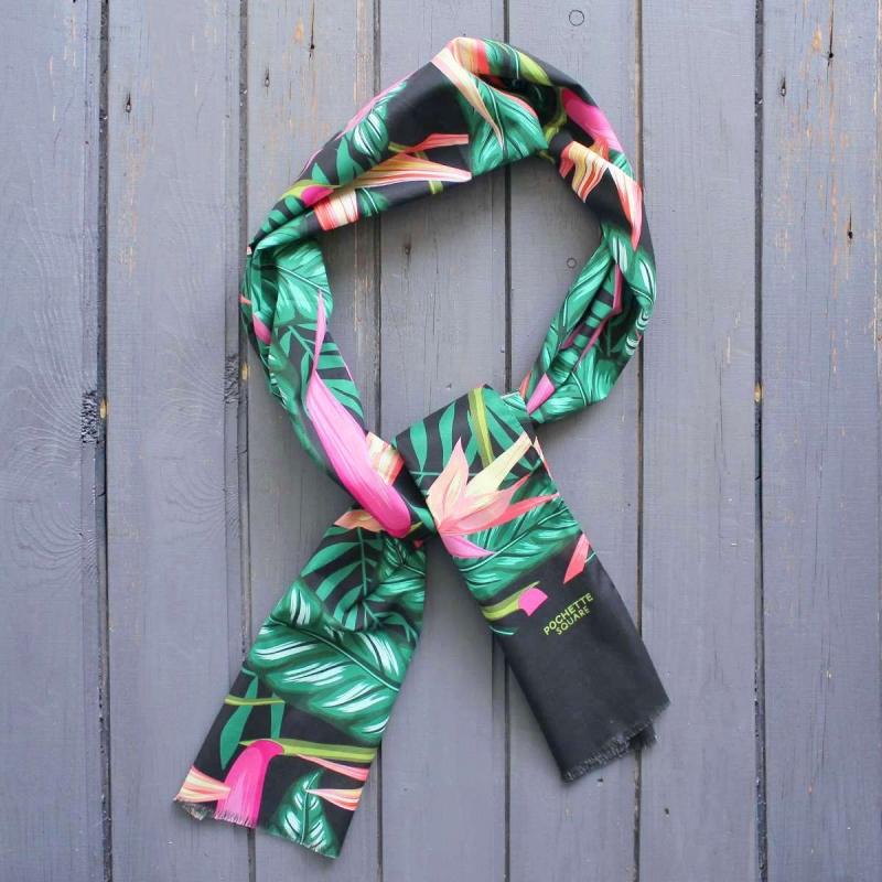 Foulard en coton noir et vert à motif fleuri rose fabriquée en Italie. 0740dfcd9d1