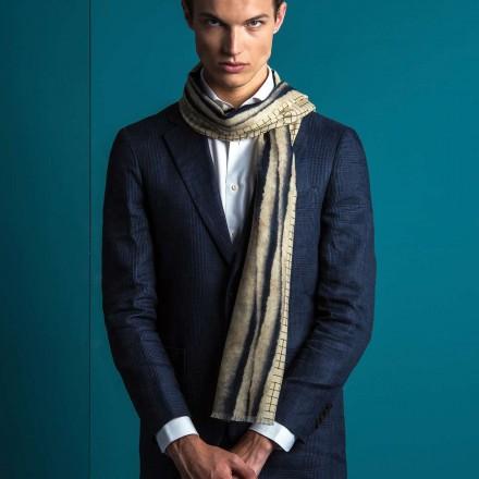 Echarpe en laine écru et bleu marine